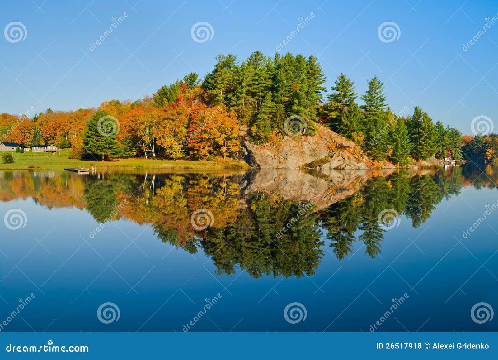 Paisagem do outono com reflexão