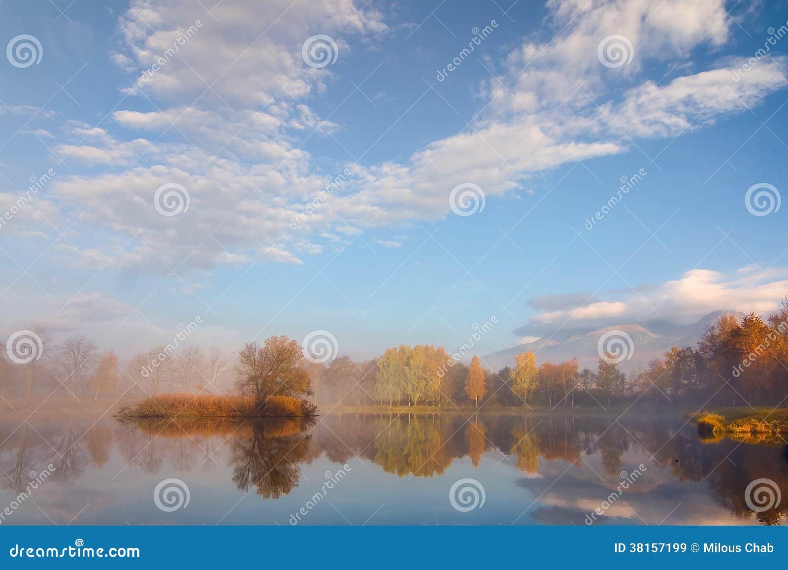 Paisagem do outono e lago nevoento
