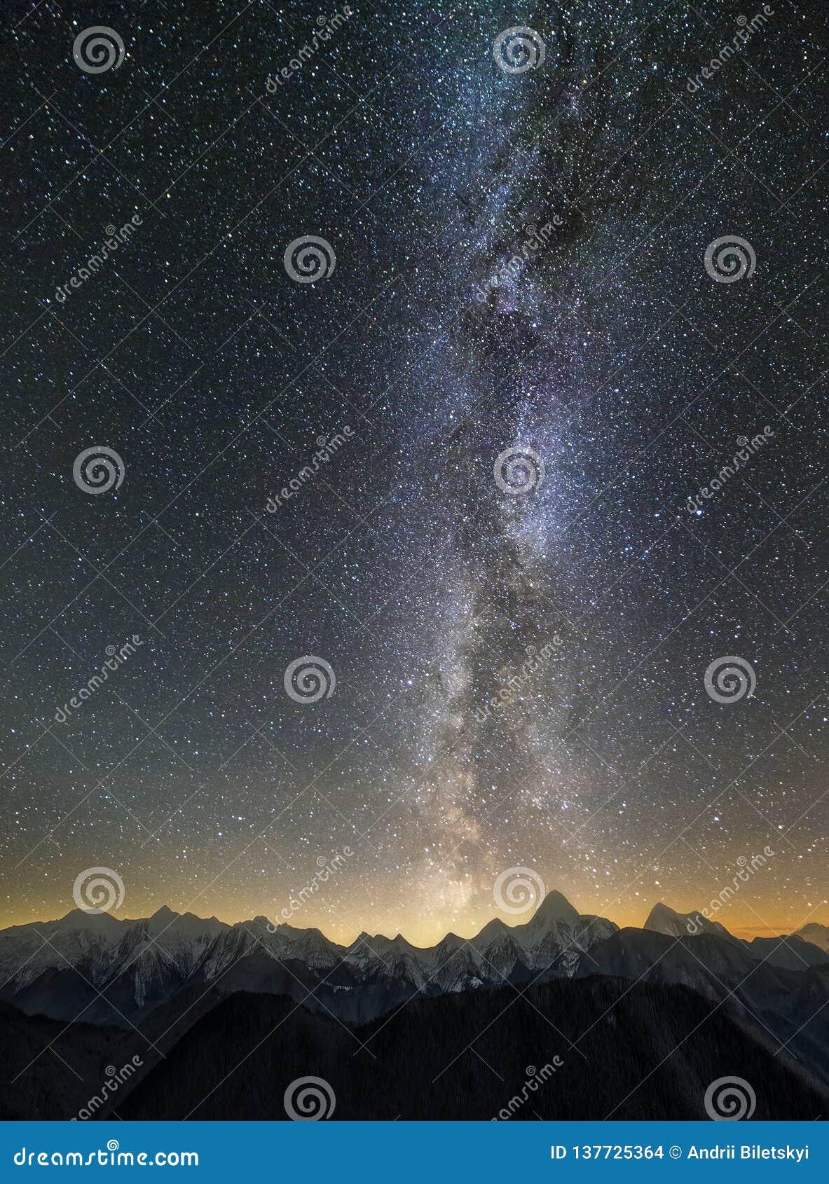 Paisagem do panorama da noite do inverno da montanha Picos de montanha íngremes cobertos com a floresta da neve e do abeto vermel