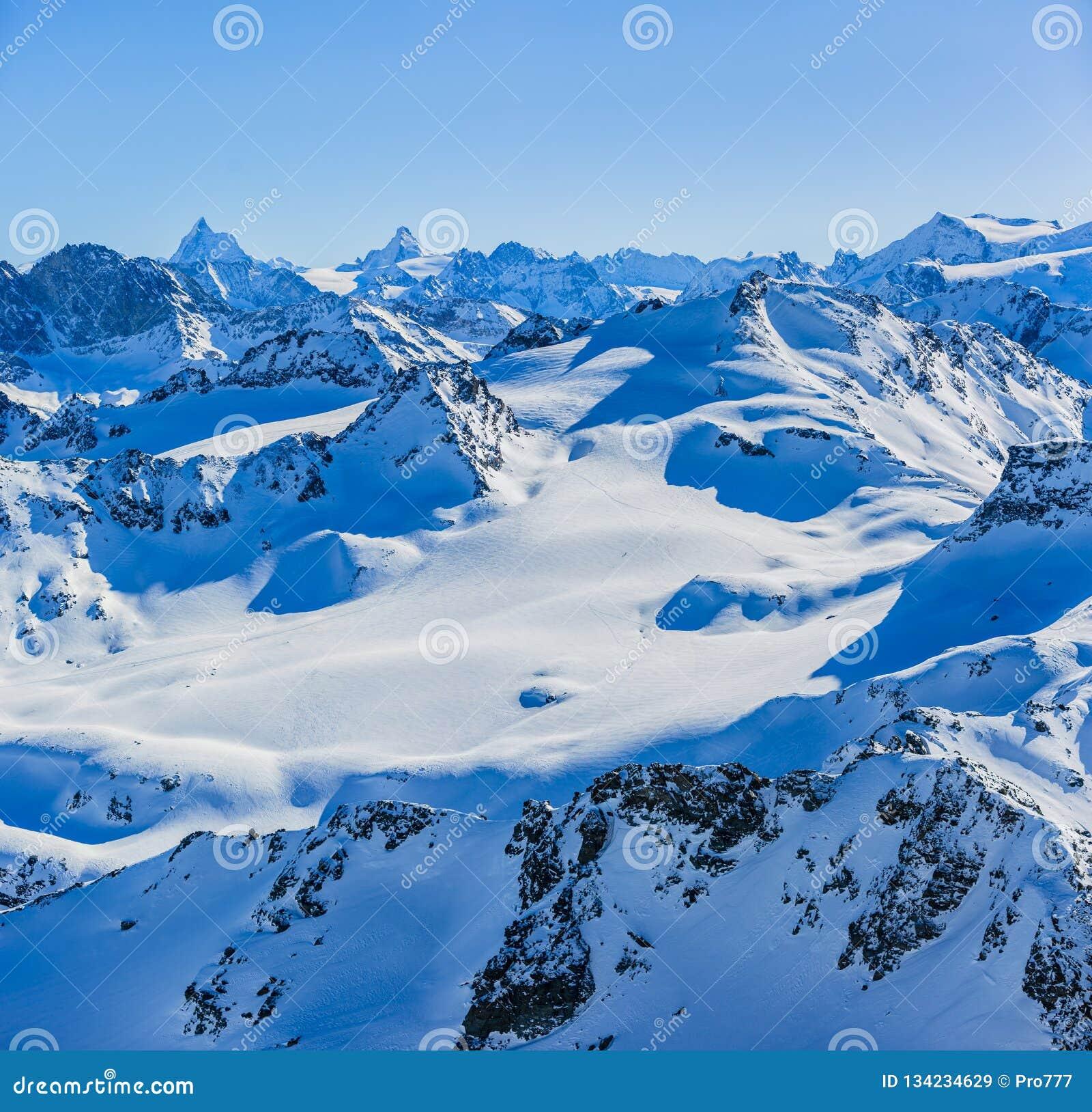 Paisagem do panorama do inverno de Mont Fort e de Matterhorn famoso, dente d 'Herens, Dente de Bouquetins, Weisshorn; Tete Blanch