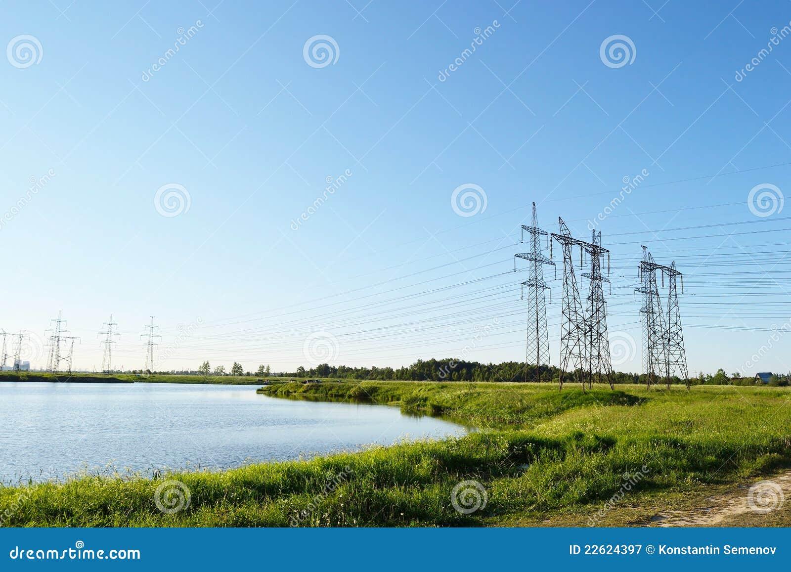 Paisagem do verão com pilões da eletricidade