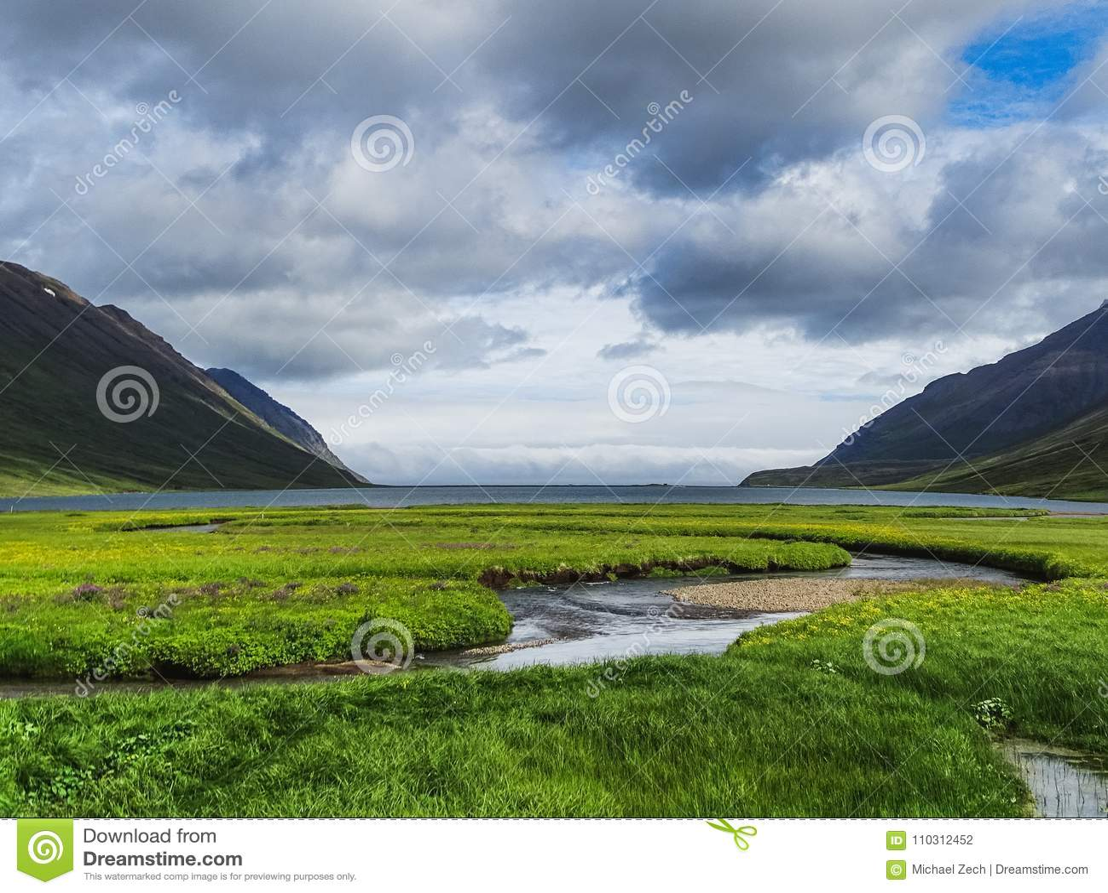 Paisagem e vista de um fiorde em Islândia do norte