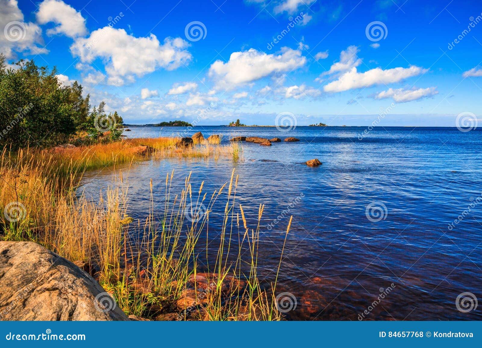 Paisagem ensolarada do lago em Finlandia rural