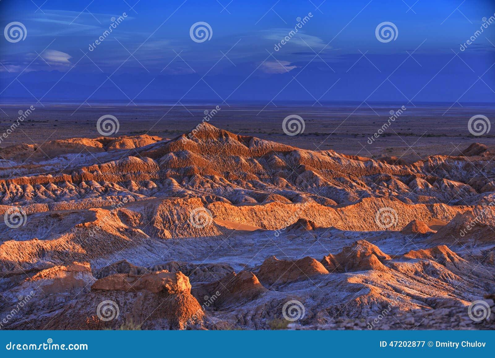 Paisagem estéril do vale da lua no deserto de Atacama, o Chile