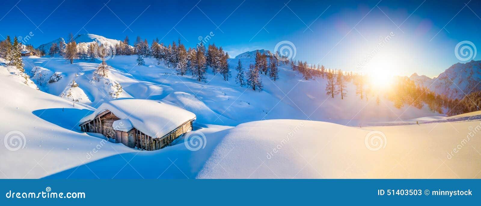 Paisagem idílico da montanha do inverno nos cumes no por do sol
