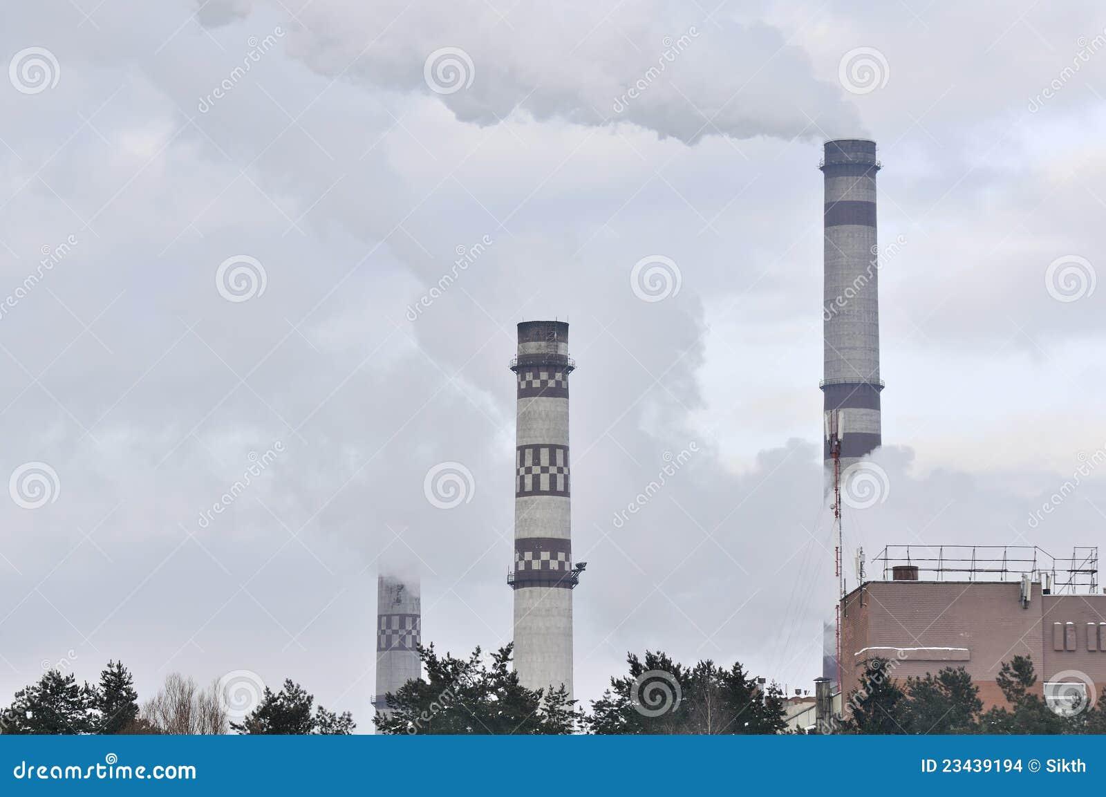 Paisagem industrial - Smokestacks que emitem-se o fumo