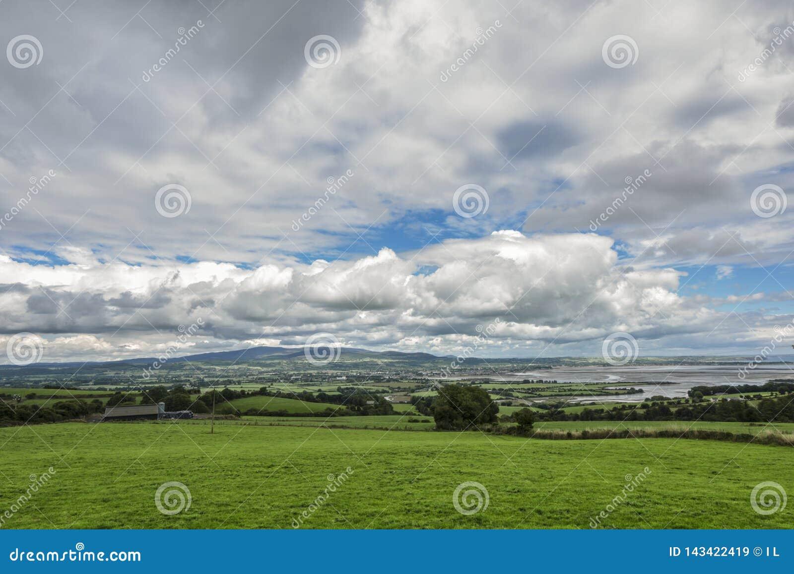 Paisagem irlandesa com o prado verde contra nuvens, Ardmore, Irlanda