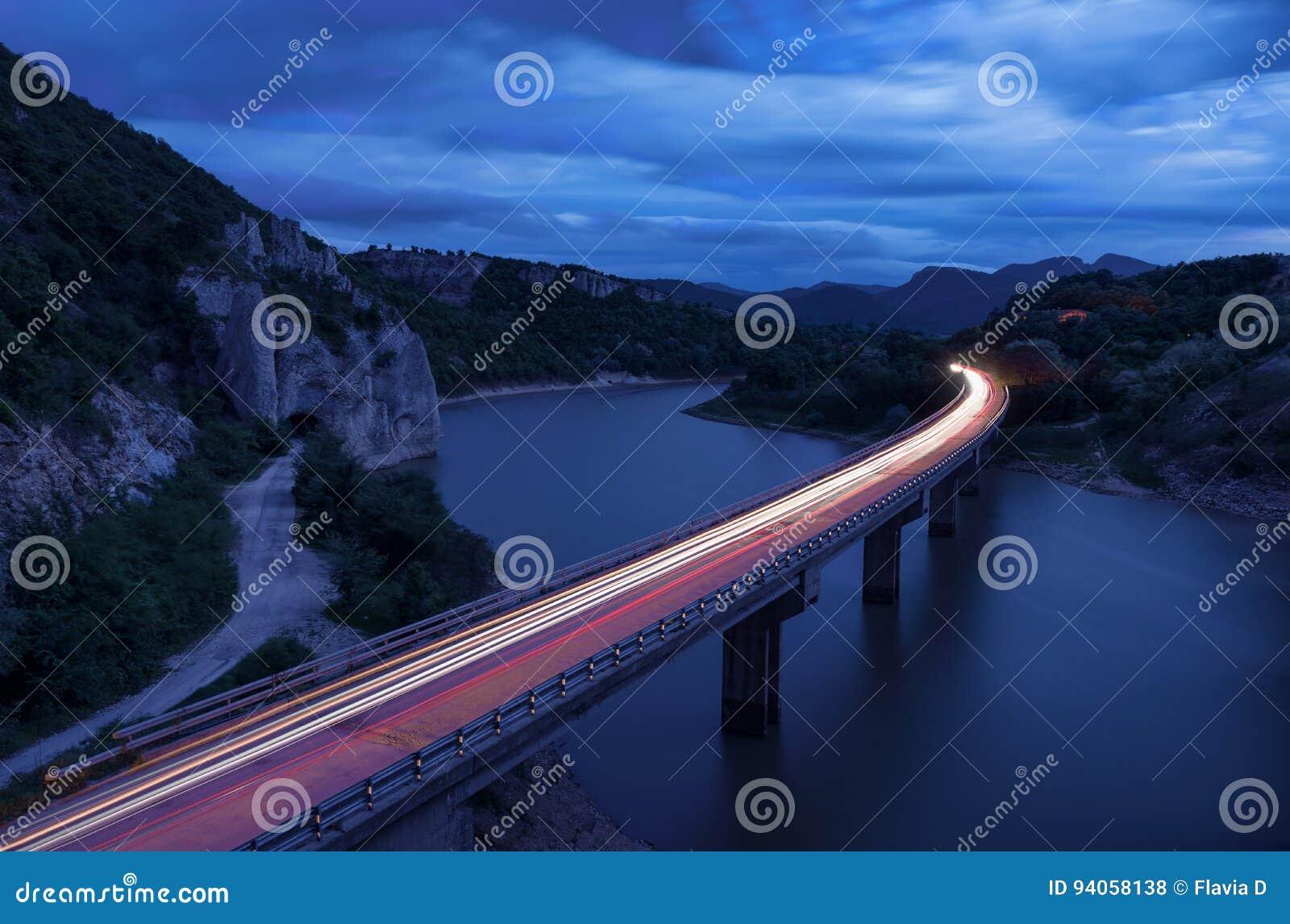 Paisagem magnífica, nightscape com fugas da luz e o fenômeno da rocha a montanha de Balcãs maravilhosa das rochas, Bulgária