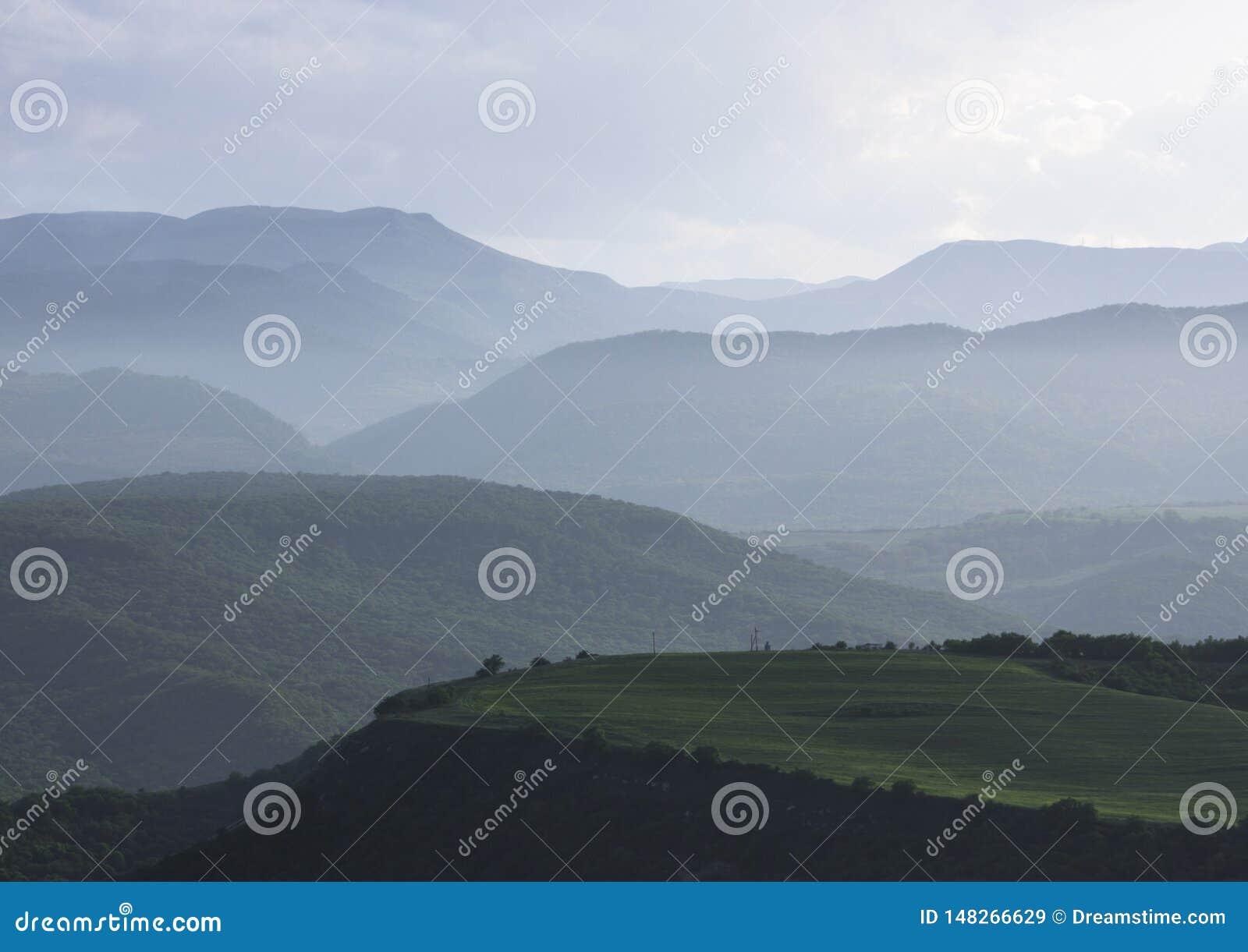 Paisagem mountian nevoenta Montanhas de C?ucaso