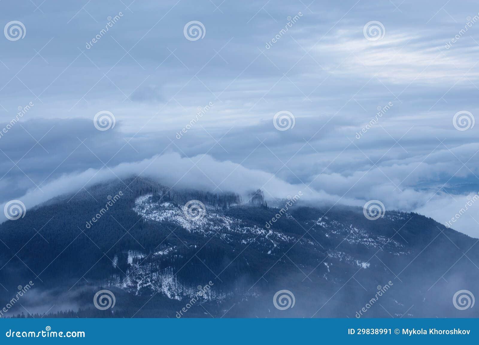 Paisagem nebulosa da montanha