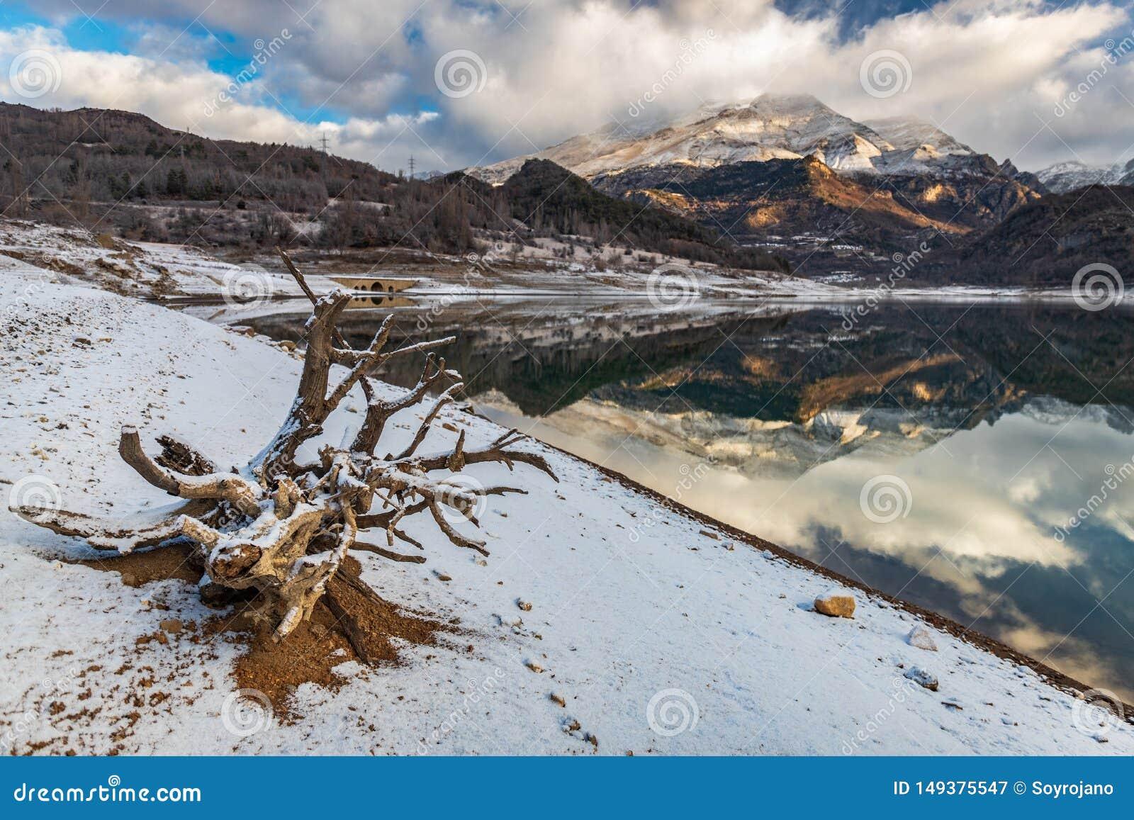 Paisagem no lago da montanha