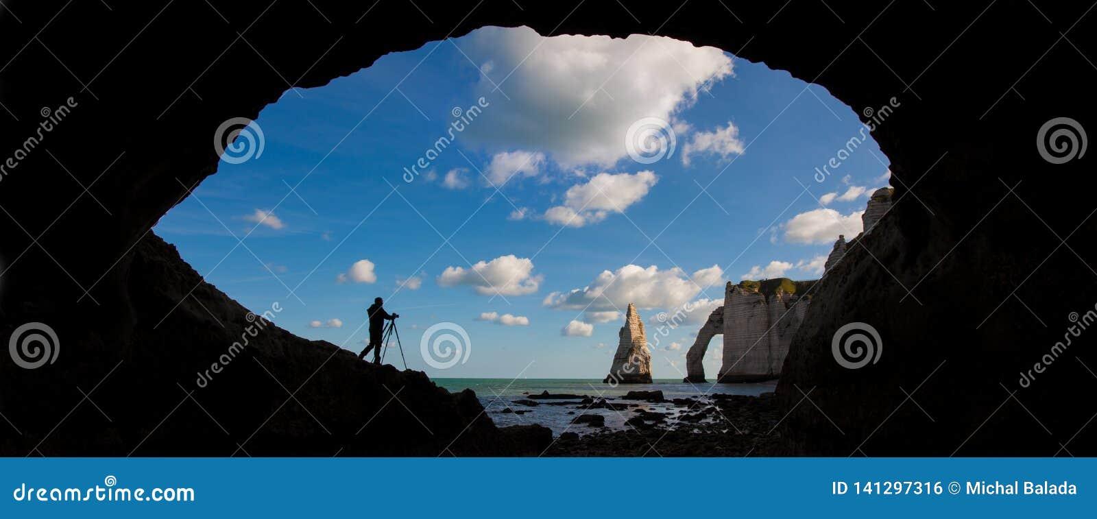 Paisagem panorâmico pitoresca nos penhascos de Etretat Penhascos surpreendentes naturais Etretat, Normandy, França, La Mancha