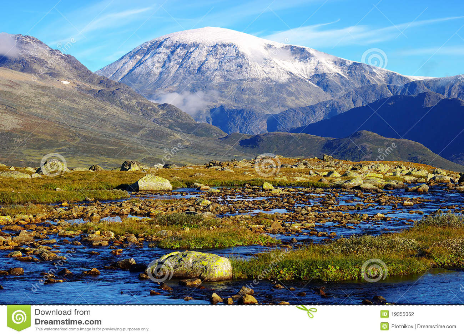 Paisagem pitoresca da montanha de Noruega.