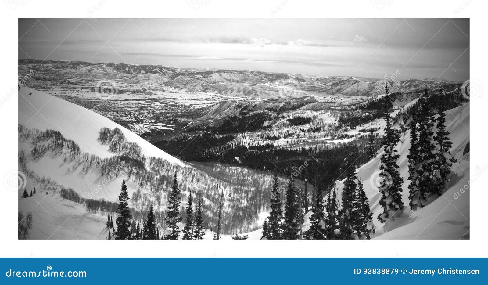 Paisagem preto e branco do inverno de Brighton Ski Resort em montanhas Utá do wasatch