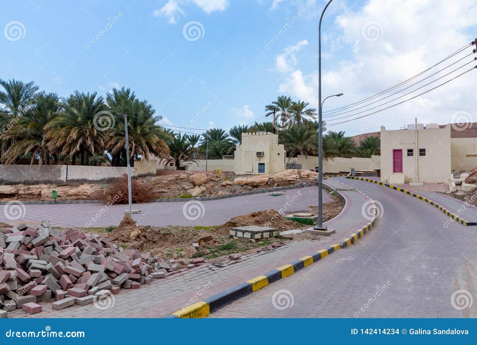 Paisagem que pavimenta trabalhos em uma vila em Omã