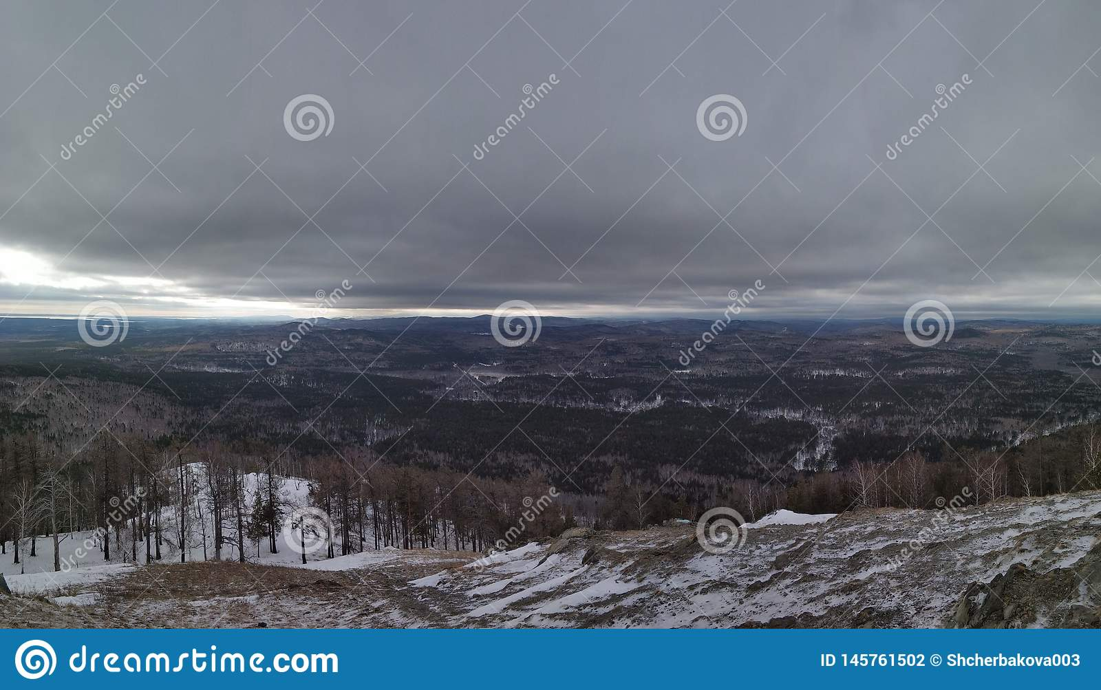 Paisagens do inverno na montanha nebulosa Sugomak do dia de Ural