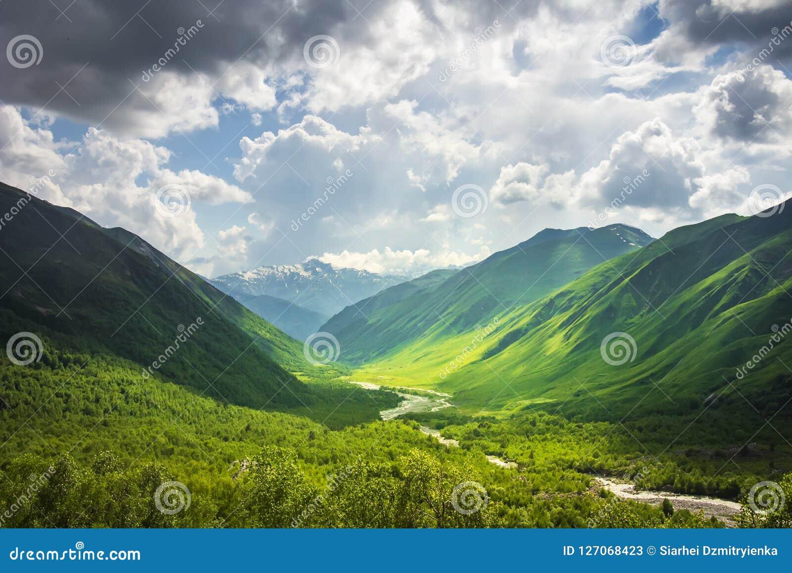 Paisaje alpestre Paisaje maravilloso de la montaña de las montañas de Svaneti en día brillante soleado Montañas del Cáucaso georg