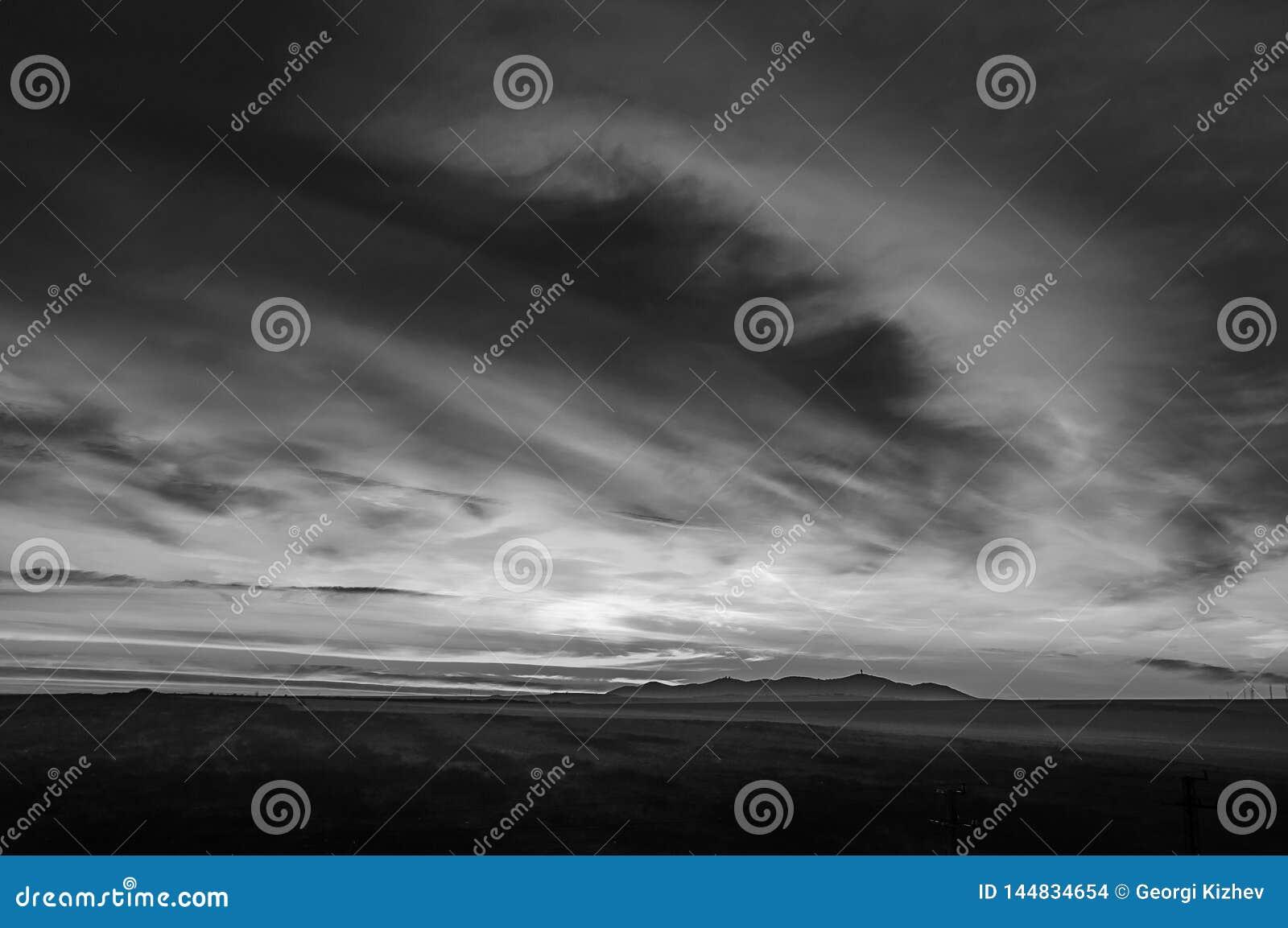 Paisaje blanco y negro con las nubes