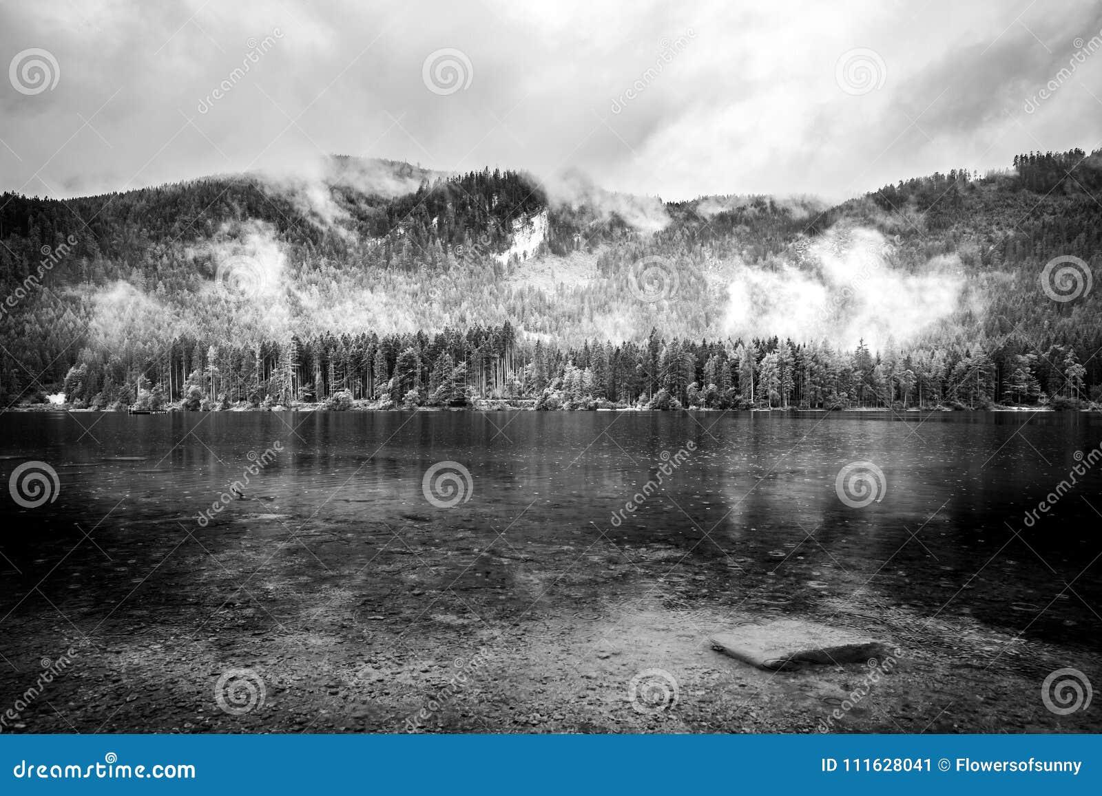 Paisaje Blanco Y Negro Del Lago Con Las Montañas Visión Nublada Y De