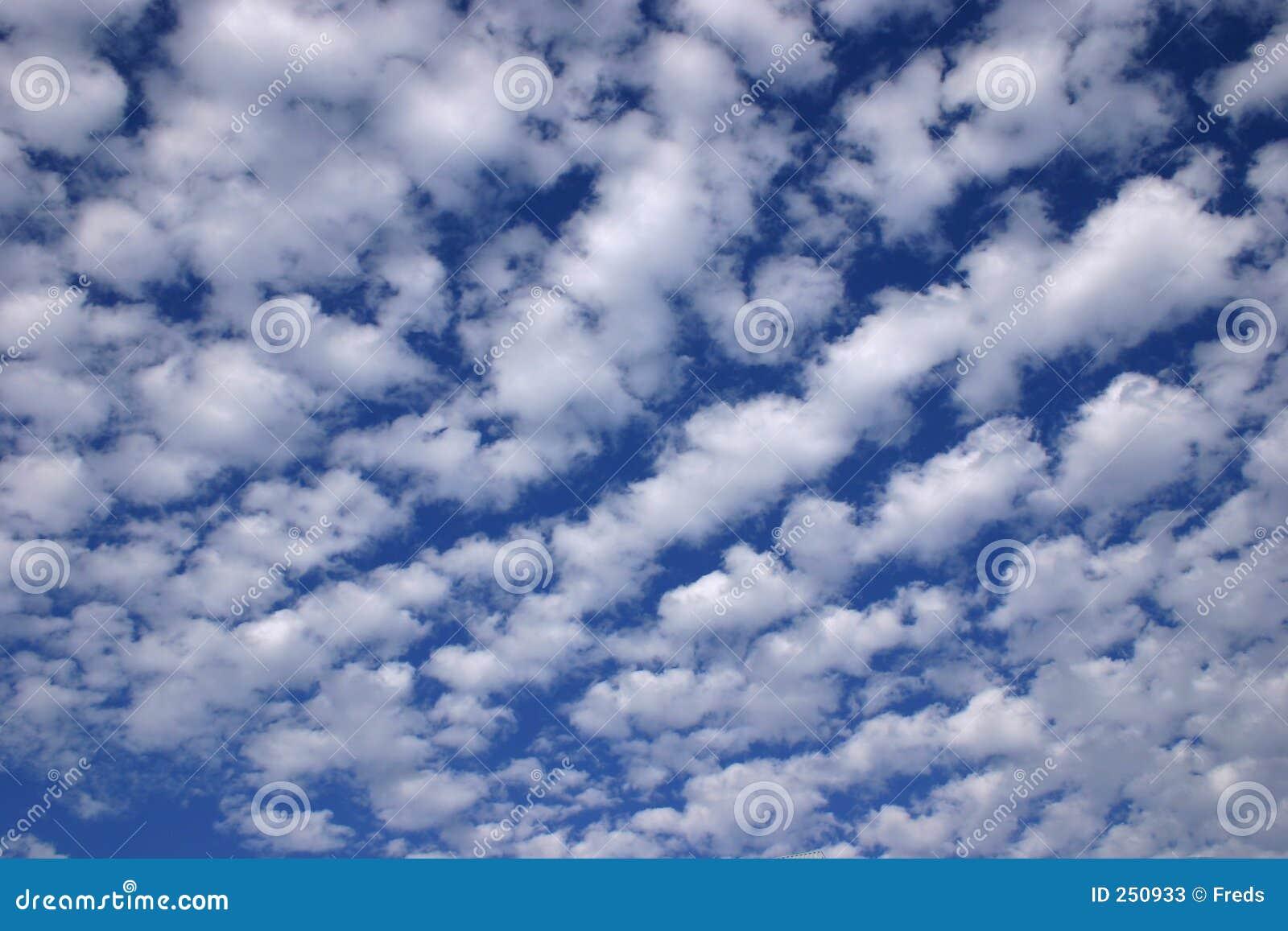 Fotos E Imagenes Cielo Azul Con Nubes: Cielo Azul Y Nubes Maravillosos Imagen De