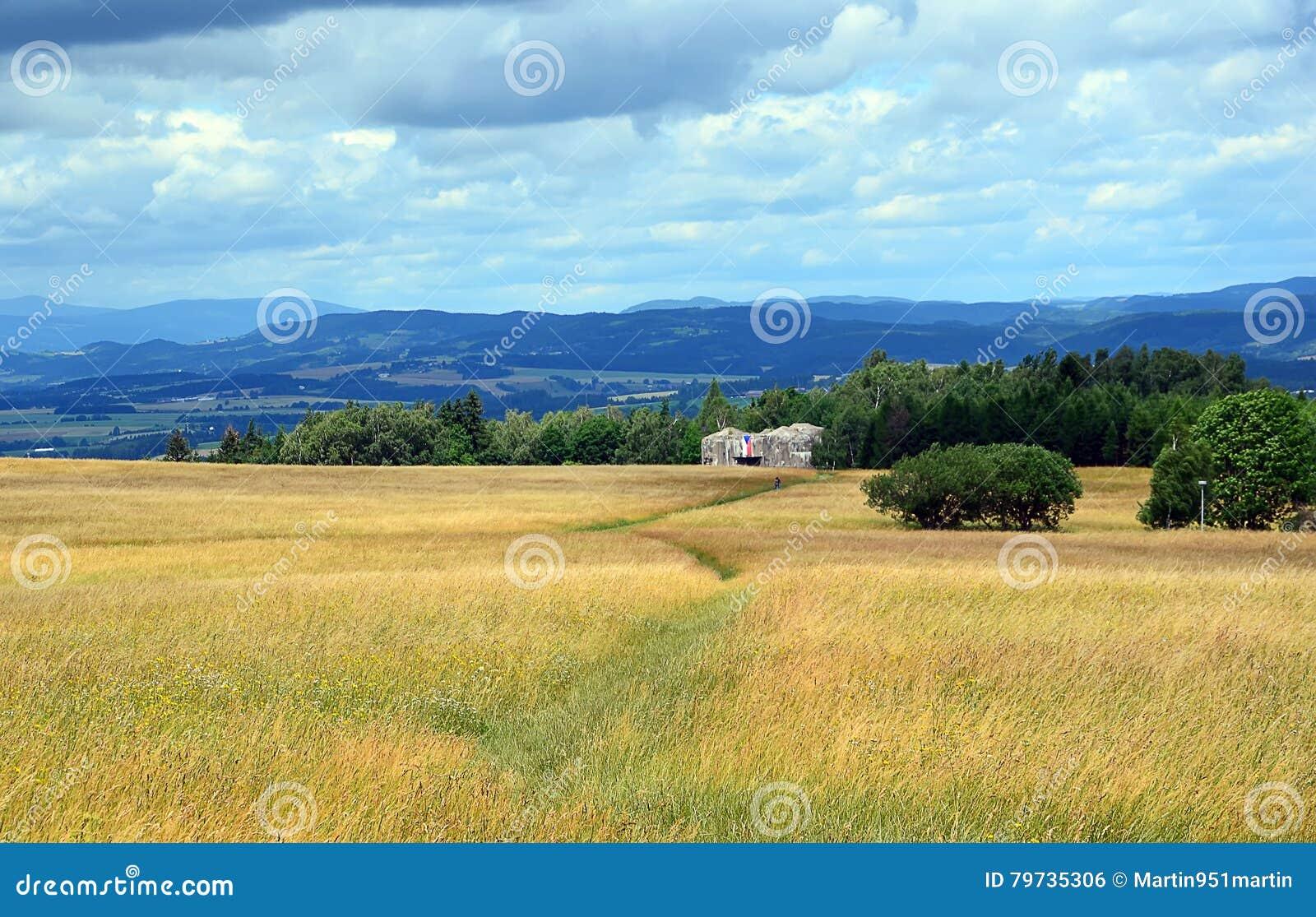 Paisaje colorido con el campo y cielo y fortaleza militar vieja