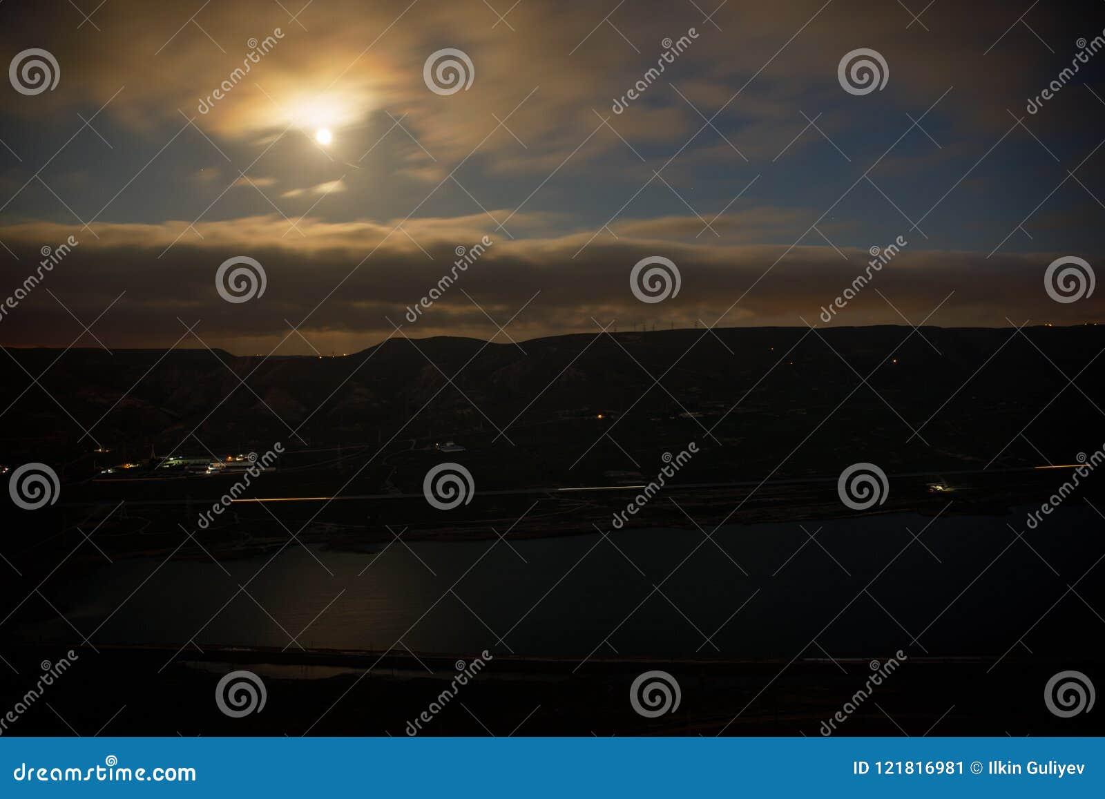 Paisaje colorido de la noche con el lago, montañas, Luna Llena, lago Khojasan del cielo azul, Baku, Azerbaijan Foto panorámica