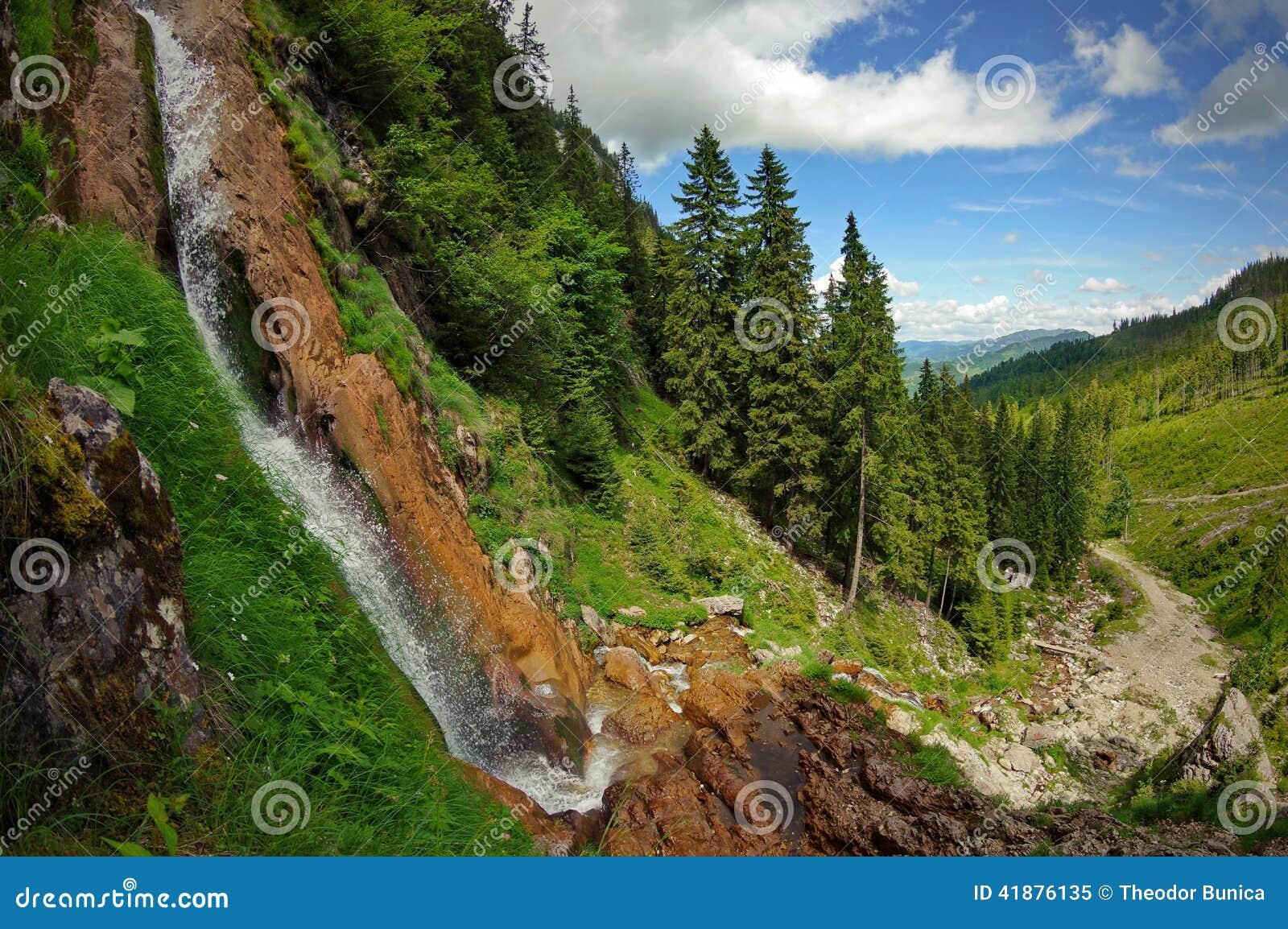 Paisaje con la cascada en las montañas