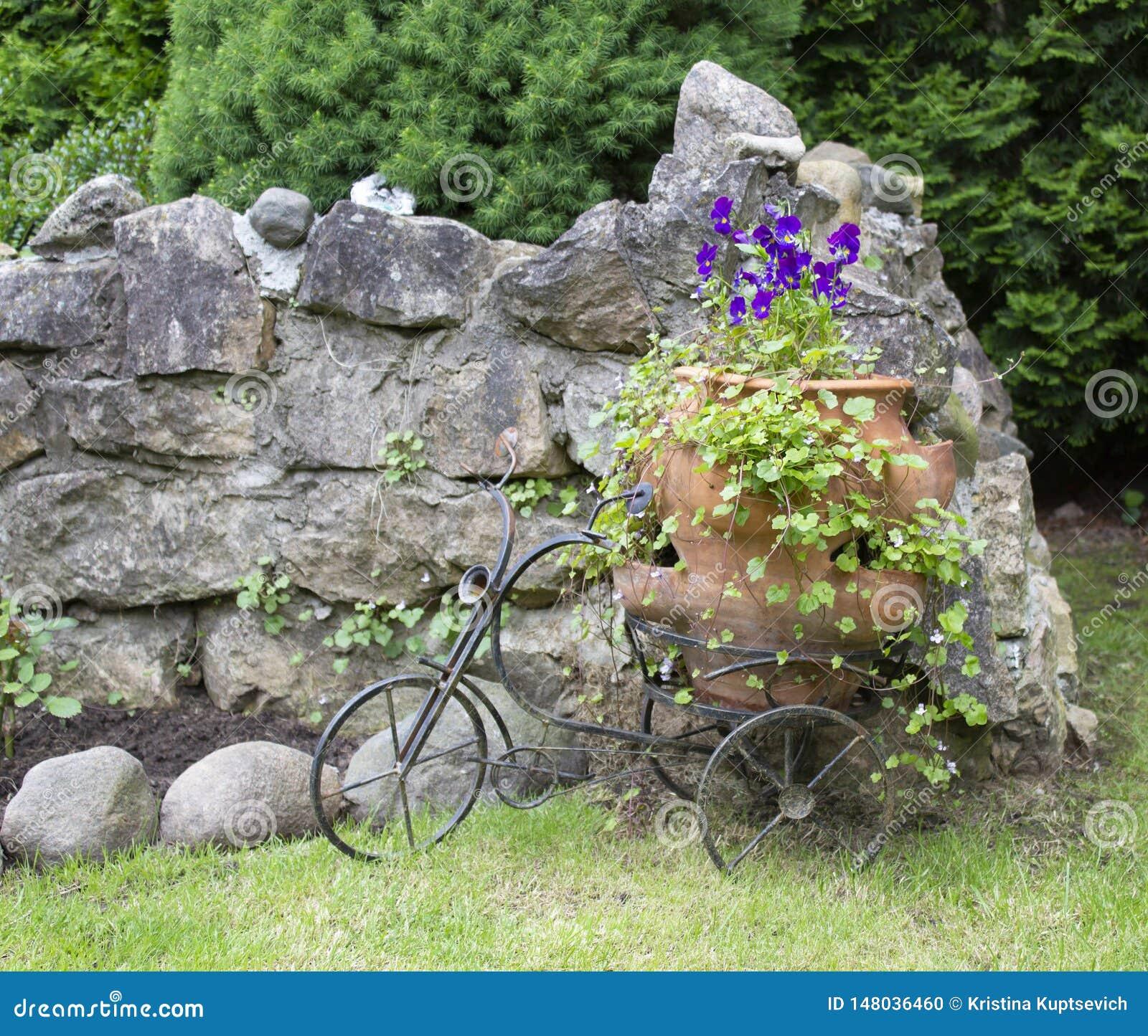 Paisaje con los pensamientos en un pote grande y una bicicleta decorativa