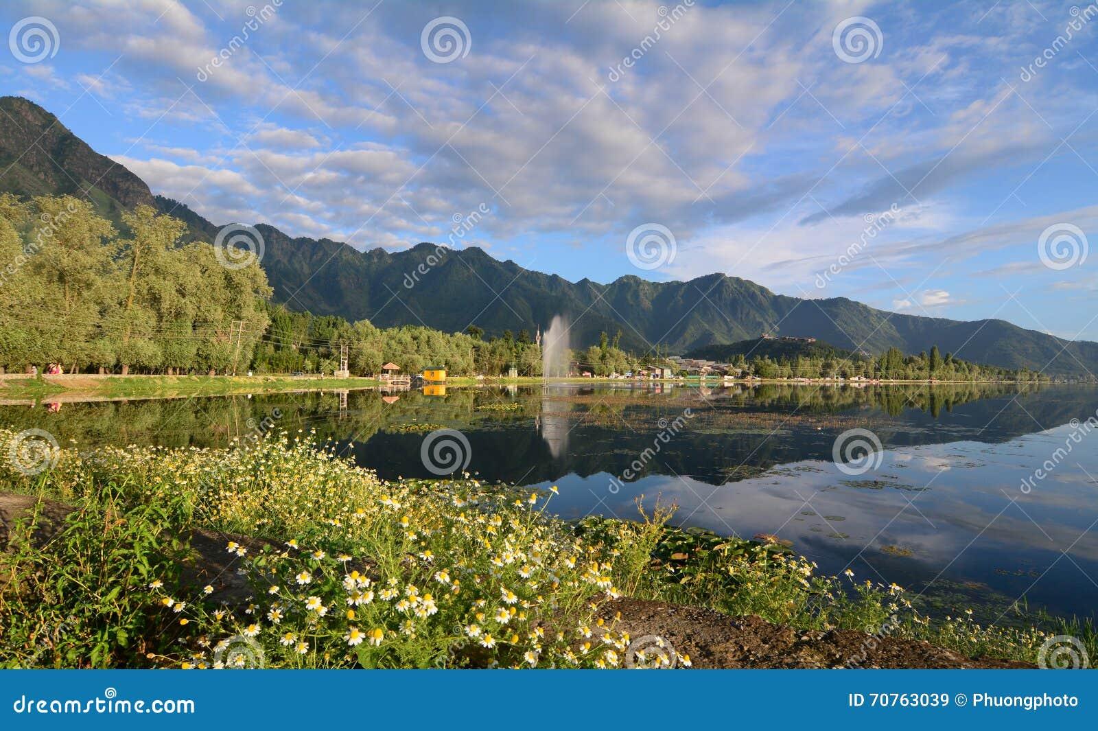Paisaje de Dal Lake en Srinagar, la India