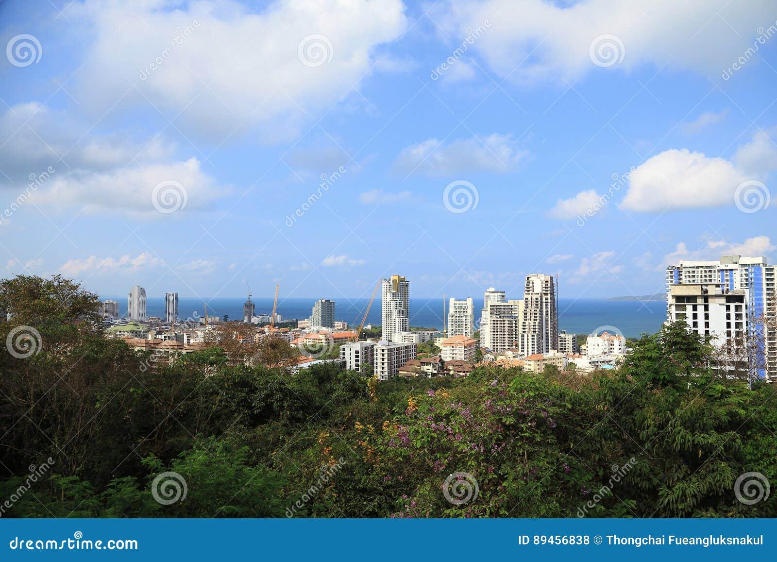 Paisaje de edificios con el mar y cielo azul y nube