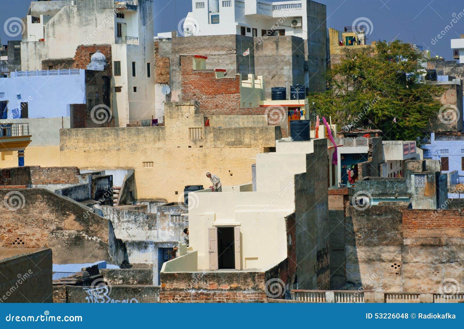 Paisaje de la ciudad con las casas viejas en los diversos niveles