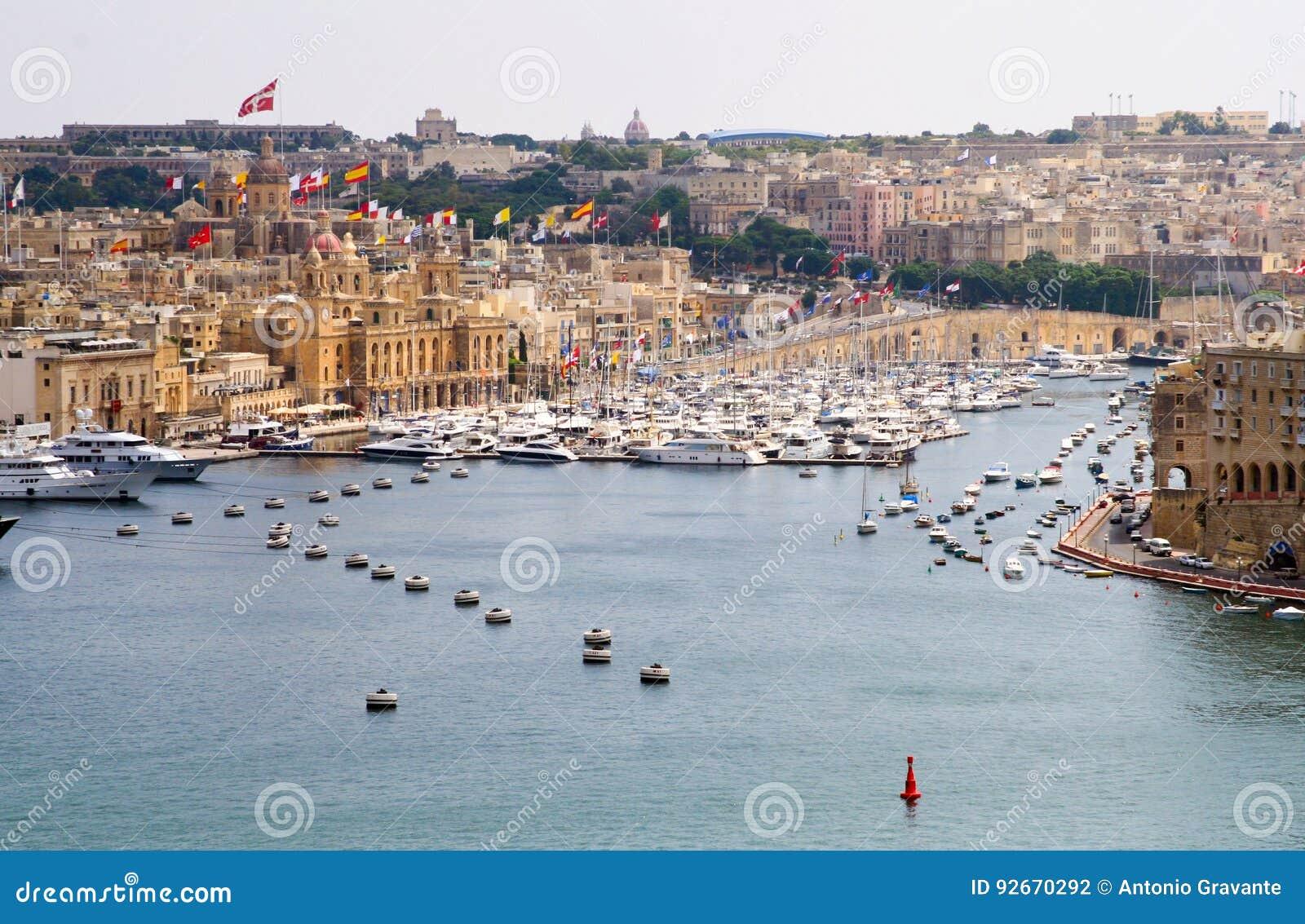 Paisaje de la ciudad en la playa en Malta
