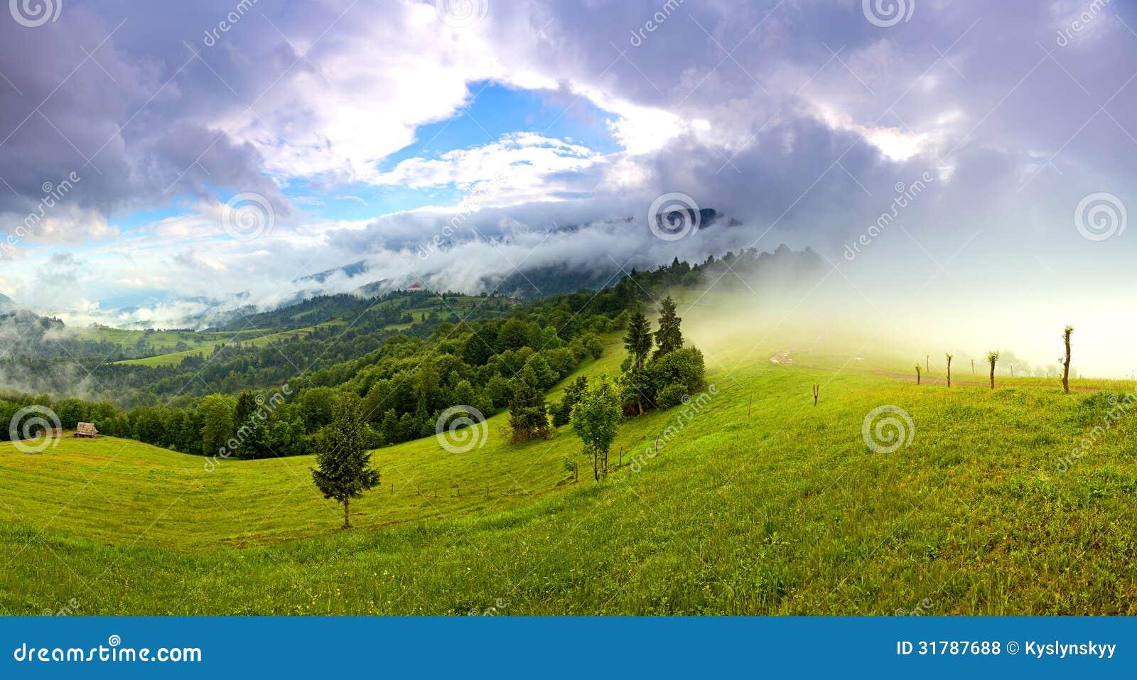 Paisaje de la mañana en las montañas. Cárpato