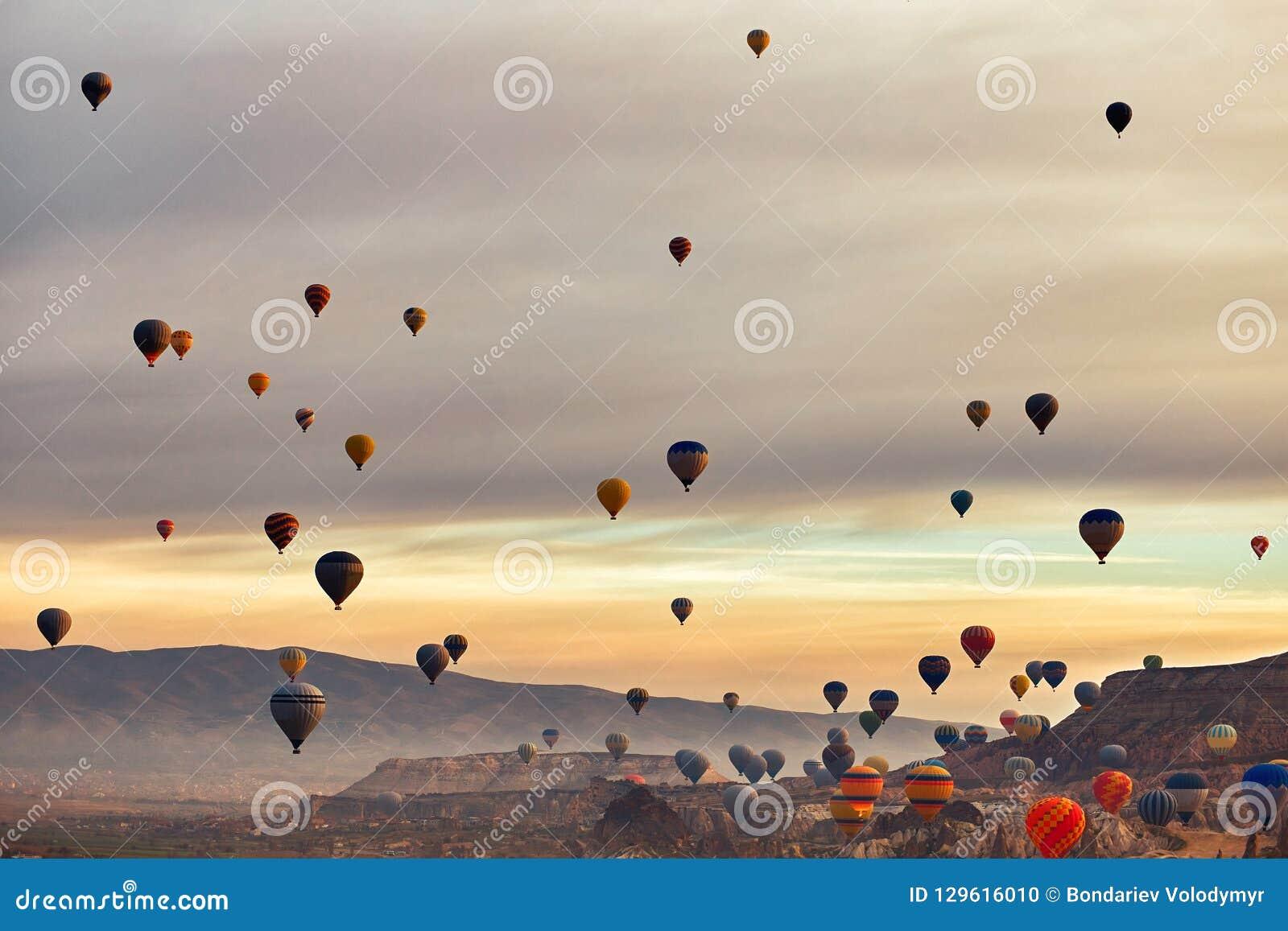 Paisaje de la montaña con los globos grandes en una estación de verano corta
