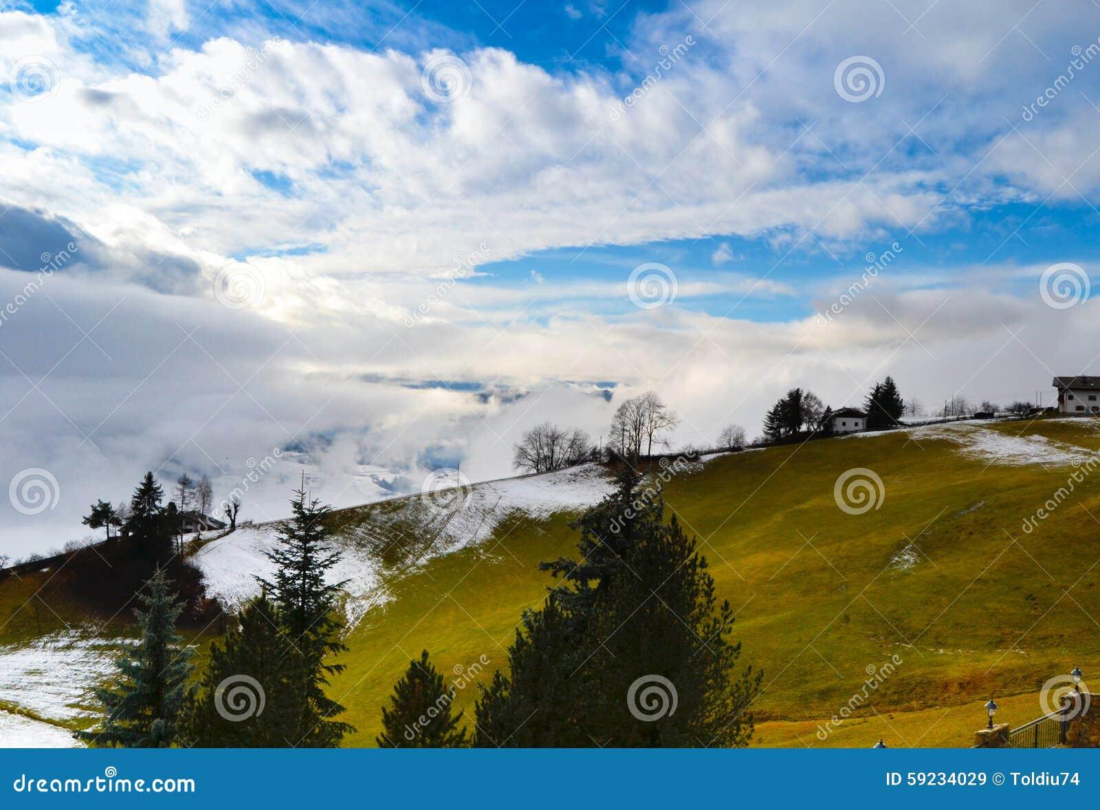Download Paisaje De La Montaña Cubierto En La Niebla Imagen de archivo - Imagen de belleza, misty: 59234029