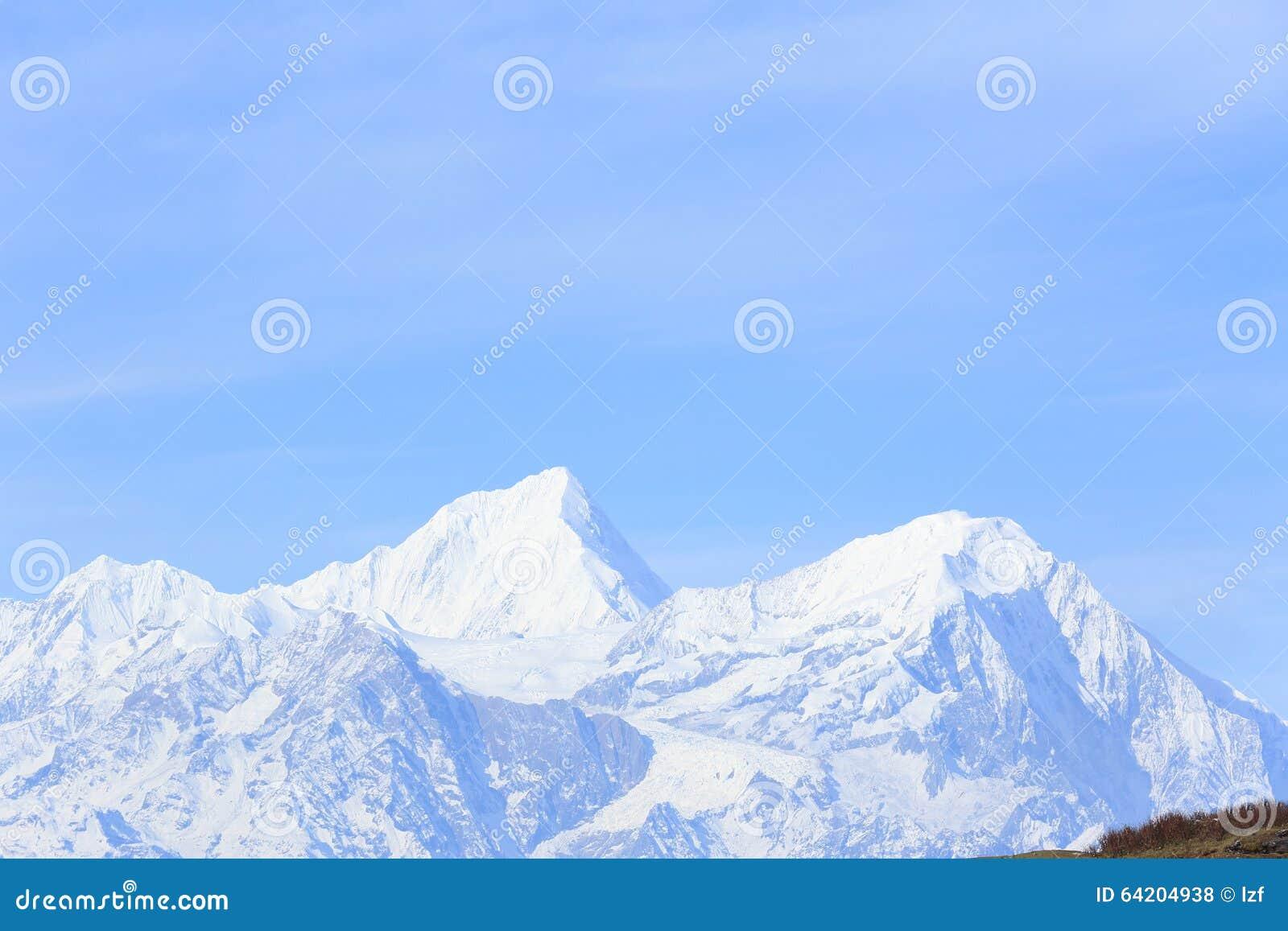 Paisaje de la montaña de la nieve debajo del cielo azul