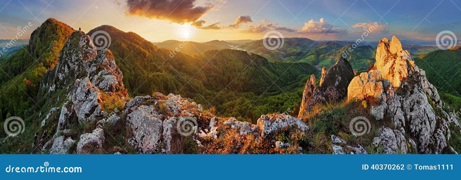 Paisaje de la montaña del panorama en la puesta del sol, Eslovaquia, Vrsatec