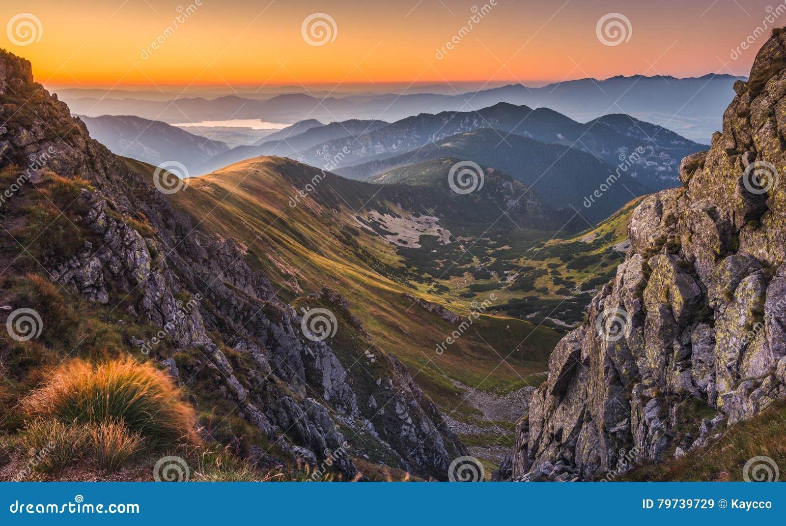 Paisaje de la montaña en la puesta del sol colorida
