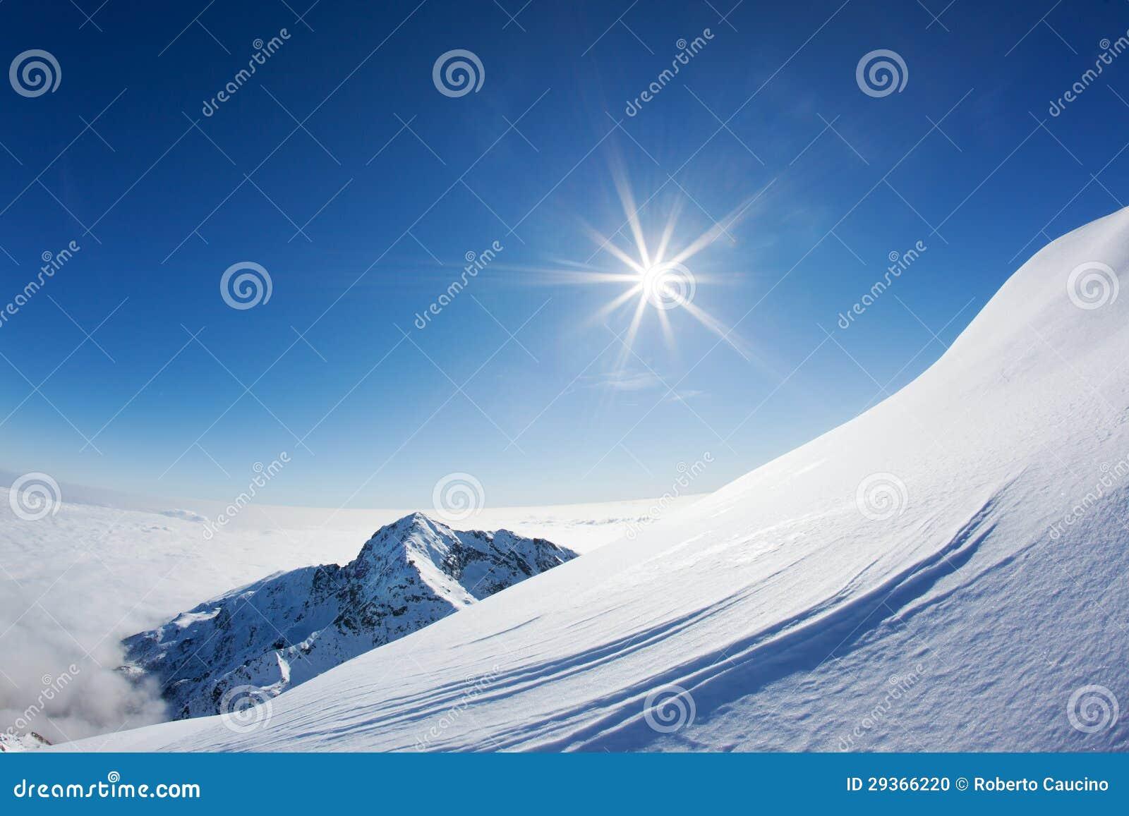 Paisaje de la montaña Nevado en un día claro del invierno.