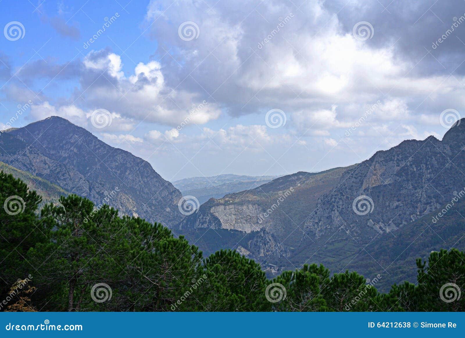 Paisaje de la naturaleza de la montaña en Italia