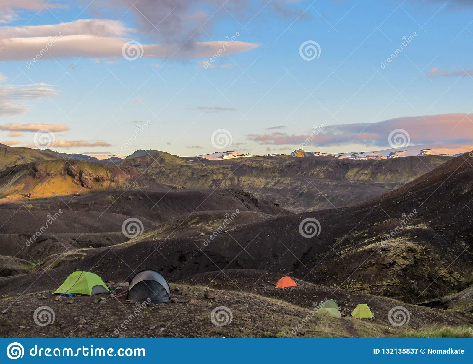 Paisaje de la puesta del sol con el sitio para acampar de Botnar-Ermstur, rastro de Laugavegur de Thorsmork a Landmannalaugar, Is
