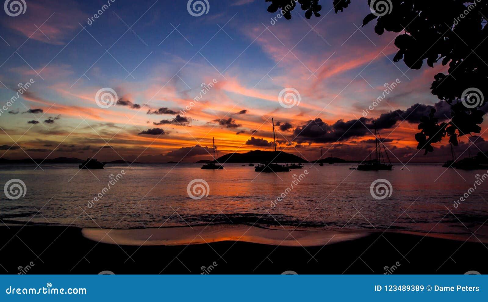 Paisaje de la puesta del sol de las Islas Vírgenes del ` del sueño del océano del `