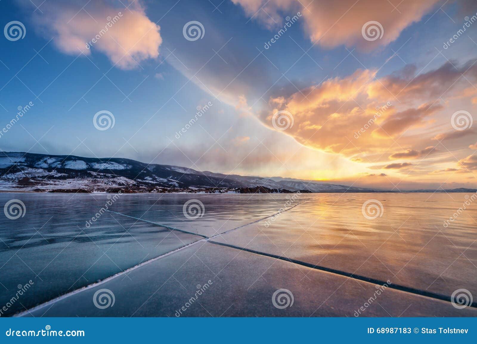Paisaje de las montañas del invierno, sobre las nubes