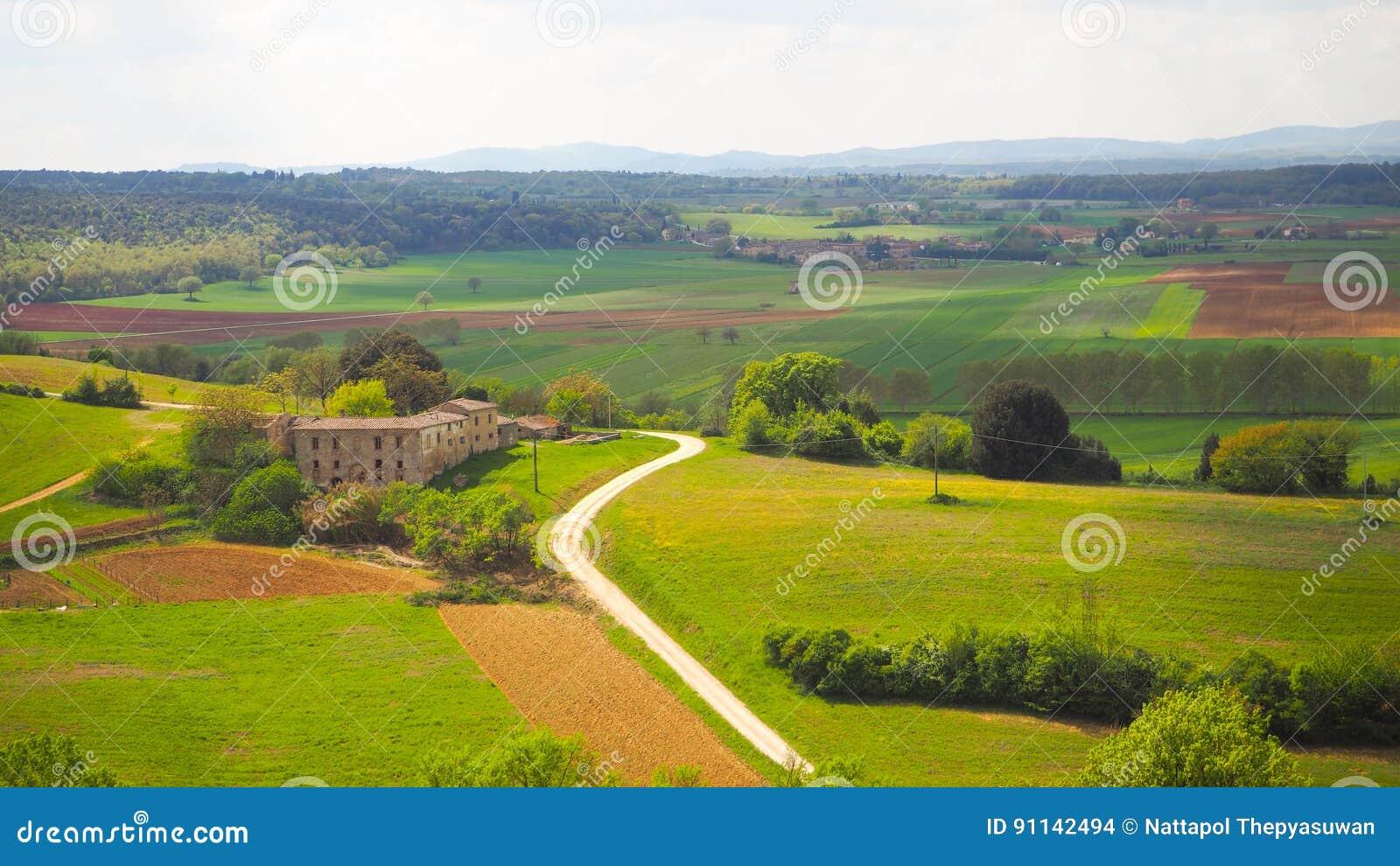 Paisaje de Monteriggioni con el fondo del cielo azul