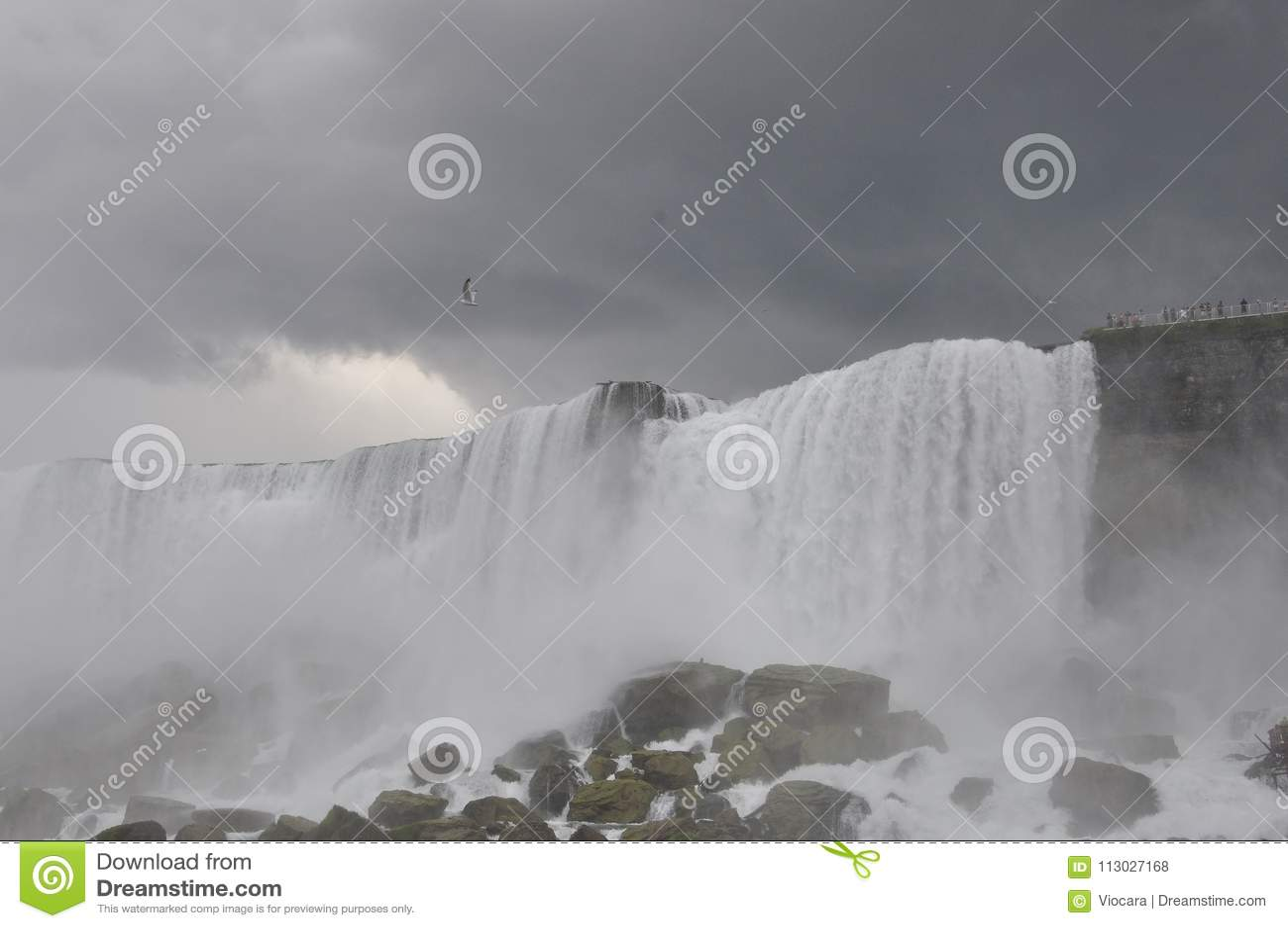 Paisaje de Niagara Falls con un cielo dramático