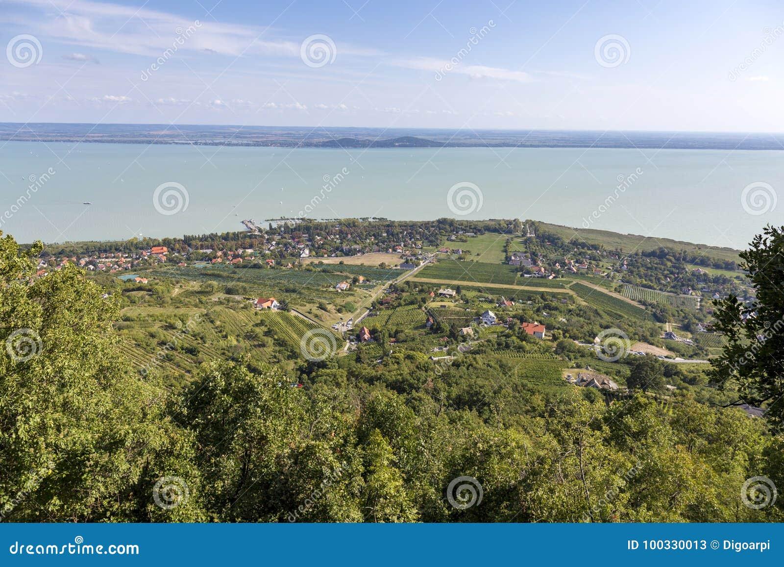 Paisaje de un lago Balatón en Hungría