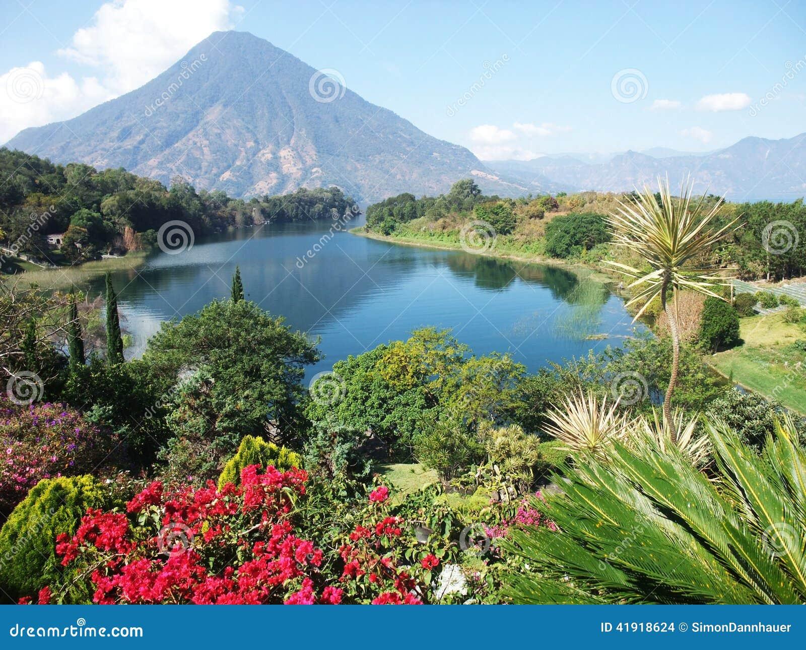 Paisaje de Vulcano en el lago Atitlan guatemala
