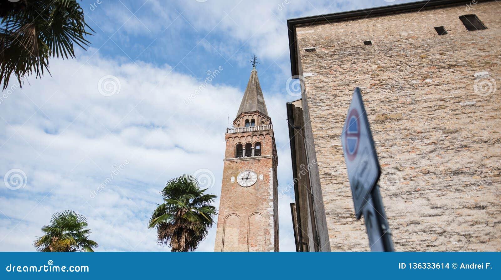 Paisaje del arhitecture italiano sobre fondo del cielo azul y de la palmera