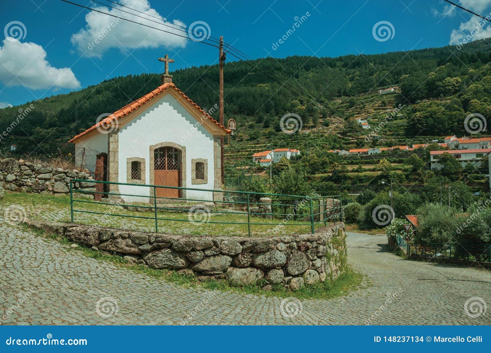 Paisaje del campo con la pequeña capilla