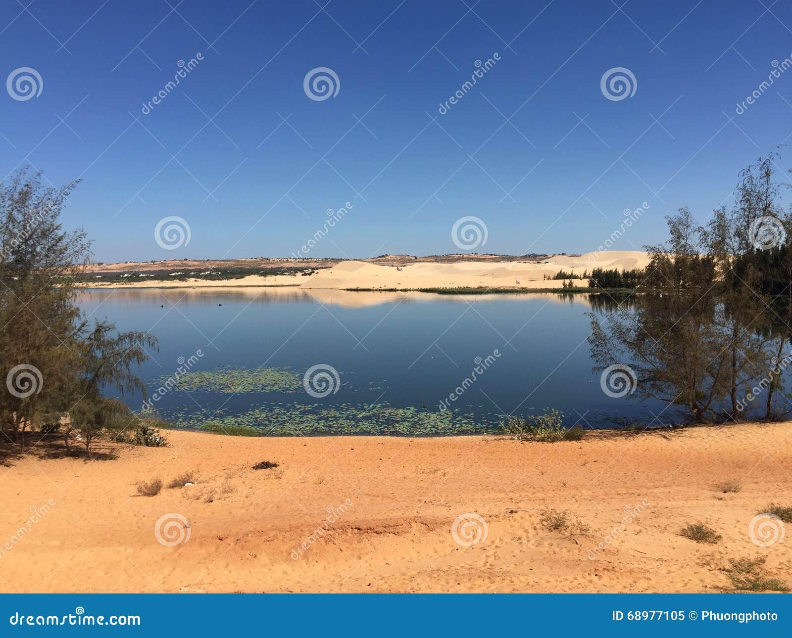 Paisaje del desierto con el lago en Vietnam meridional